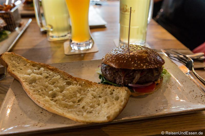 Chili Burger und Knoblauchbrot im QMUH Ulm