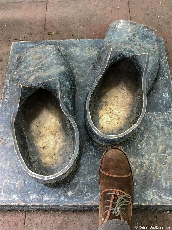 Luthers Schuhe im Heylshofgarten in Worms