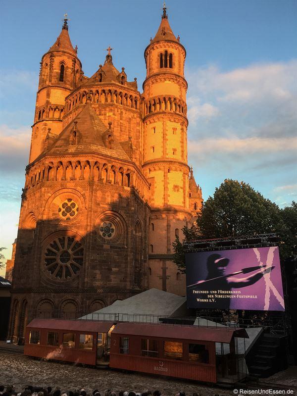Bühnenbild von GLUT - Siegfries von Arabien bei den Nibelungen Festspielen