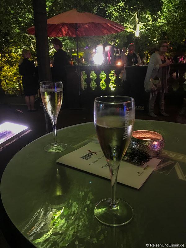 Winzersekt in der Heylshof-Lounge während der Pause