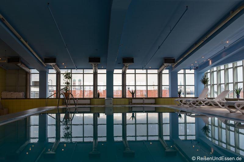 Schwimmbad im Maritim Hotel München
