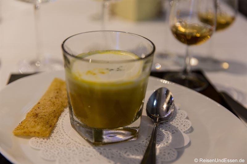 Kürbis-Currysuppe mit Whisky Haube bei Taste Moments in Maritim München