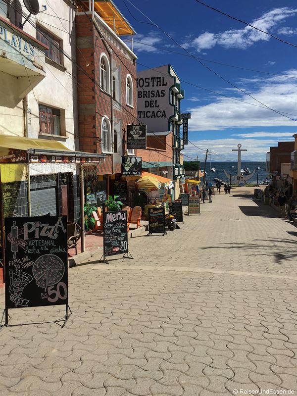 Straße zum Hafen in Copacabana am Titicacasee