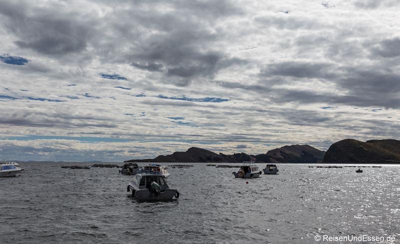 Schiffe bei Copacabana am Titicacasee beim Ausflug auf die Isla del Sol
