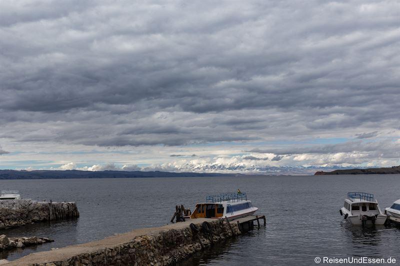Blick vom Hafen Yumani auf die bolivianischen Kordilleren