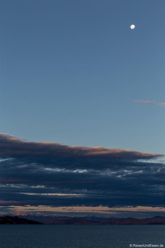 Blick Richtung der bolivianischen Anden mit Mond