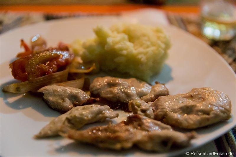 Hühnchenfleisch zum Abendessen in der Puma Punku Ecolodge
