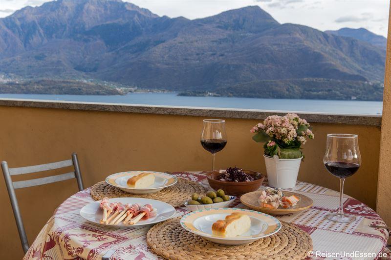 Abendessen mit Rotwein und Aussicht auf den Comer See