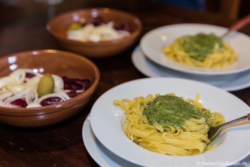 Pasta mit Pesto zum Abendessen in der Ferienwohnung
