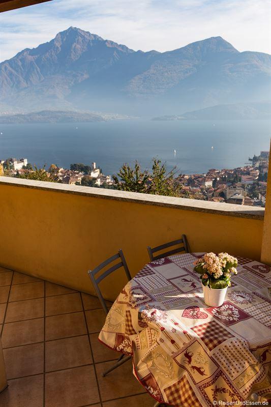 Balkon und Tisch bei der Ferienwohnung mit Aussicht auf Comer See