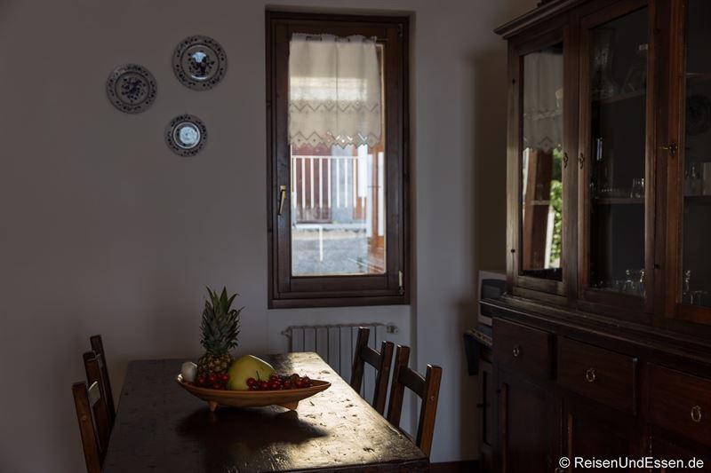 Esstisch und Schrank in der Küche
