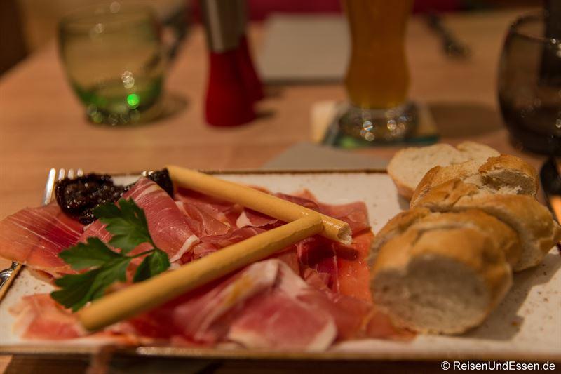 Italienische Schinken San Daniele in der Bar im Mercure