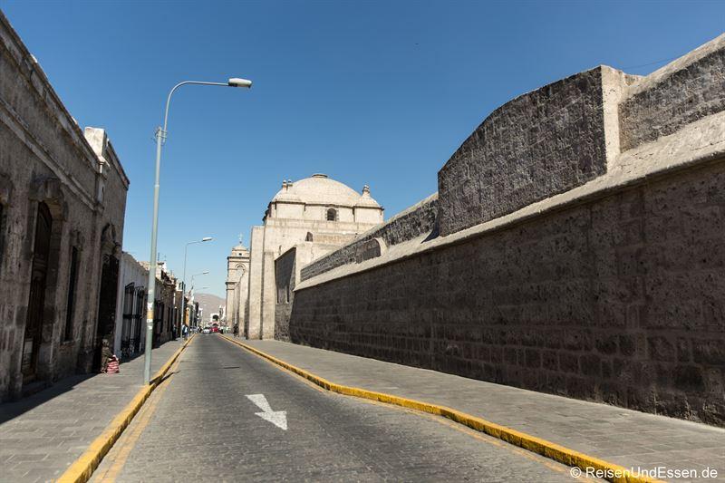 Straße in Arequipa mit der Mauer zum Kloster Santa Catalina