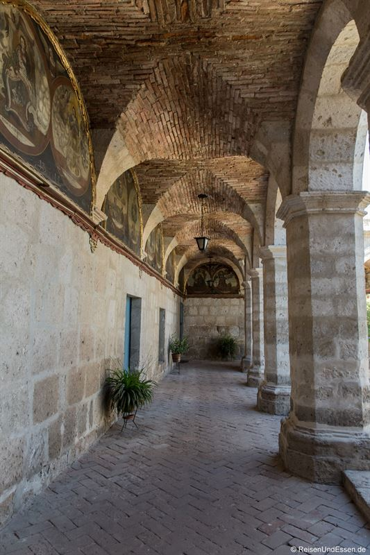 Kreuzgang mit Gemälden Kloster Santa Catalina