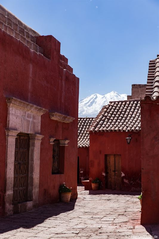 Weg im Kloster Santa Catalina und Vulkan Misti