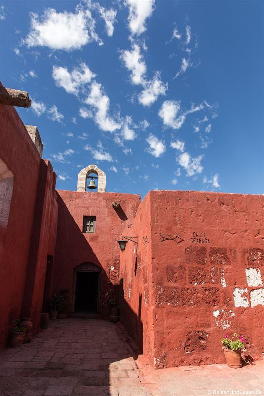 Dachreiter mit Glocke im Kloster Santa Catalina