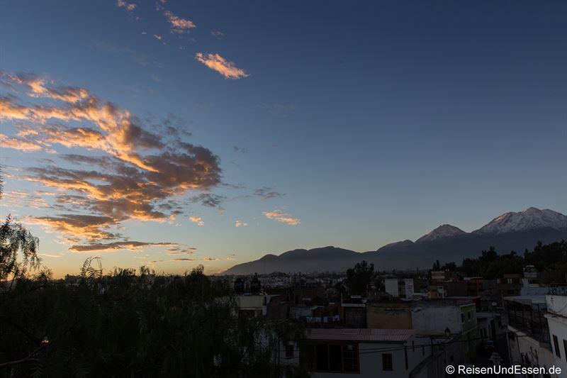 Blick am Abend auf die Vulkane bei Arequipa