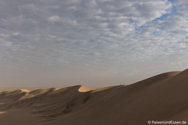 Blick am Morgen auf die Sanddünen in Huacachina