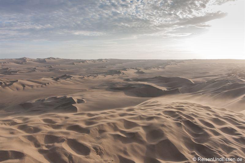 Sanddünenlandschaft von Huacachina im Abendlicht und Wind