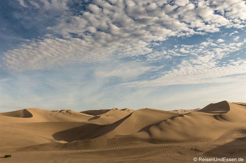 Sanddünen in Huacachina im Abendlicht