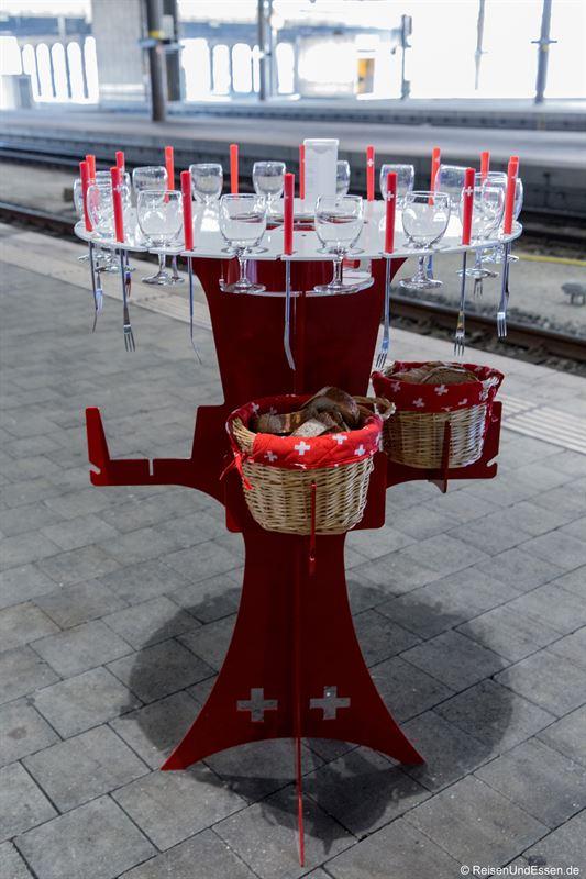 Stehtisch für das Käsefondue im Bahnhof Basel SBB