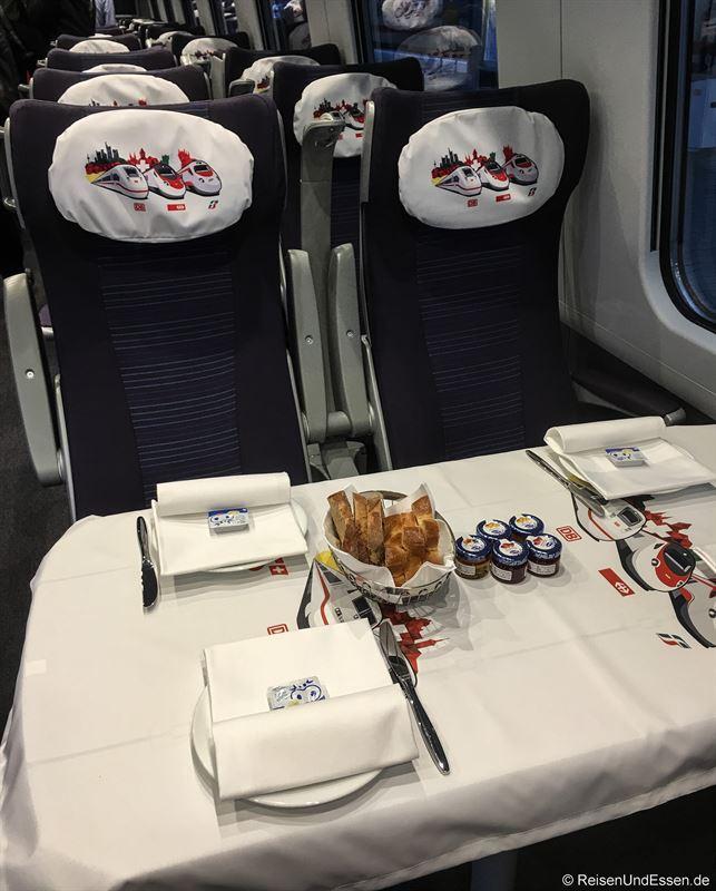 Frühstück in der 1. Klasse bei der Sonderfahrt ETR 610