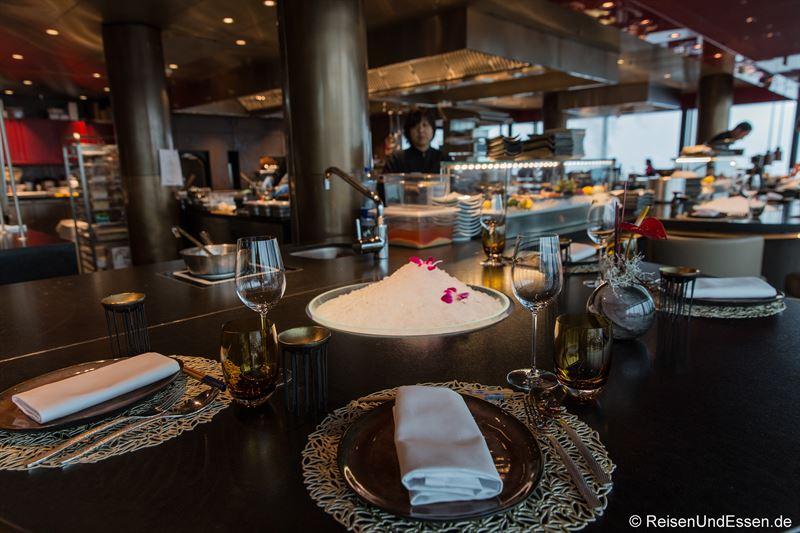 Tisch und offene Küche im Spices Kitchen & Terrace
