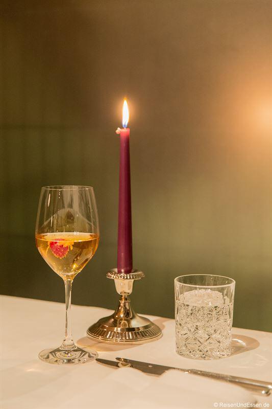 Aperitif mit weißem Portwein, Tonic und Zitrone im Inszenario Restaurant