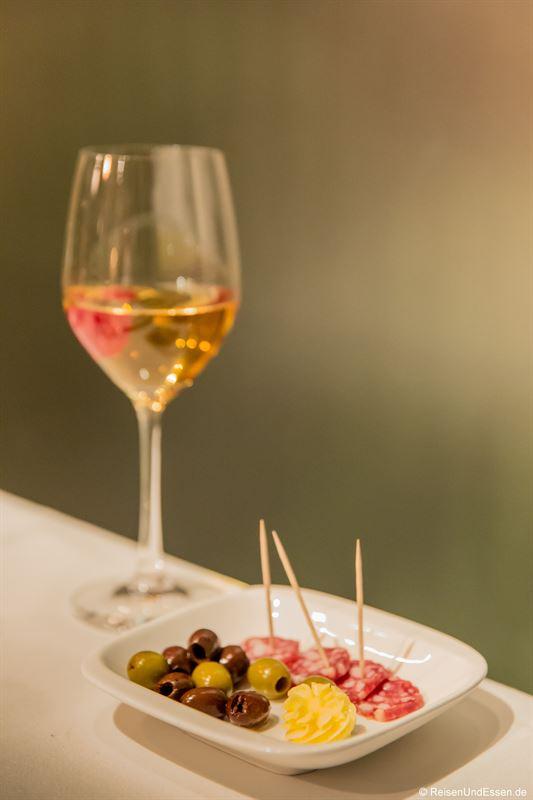 Appetizer mit Salami und Oliven im Inszenario Restaurant