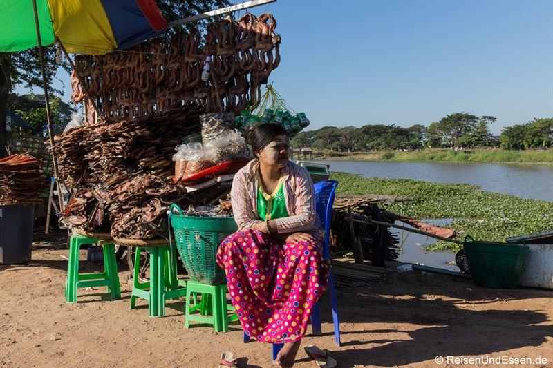 Verkäuferin von getrocknetem Fisch beim Ausflug zum Golden Rock