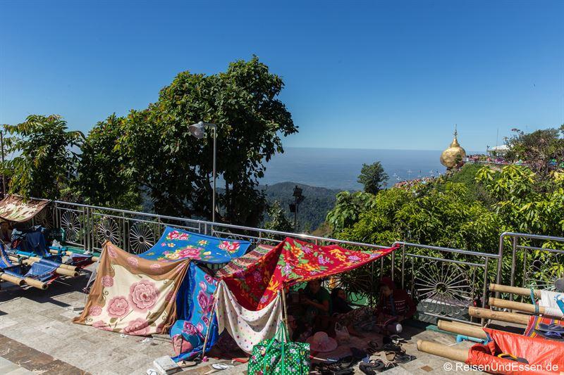 Pilger am Goldenen Fels in Myanmar