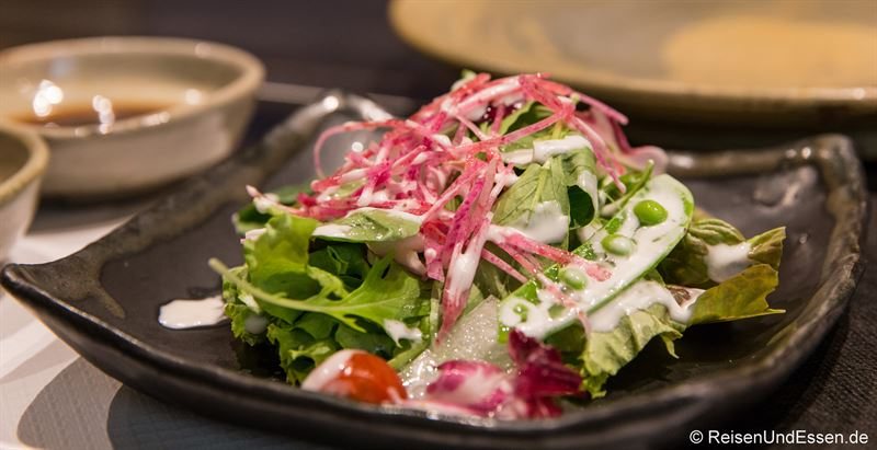 Frischer grüner Salat zum Menü mit Kobe Rind