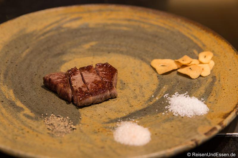 Kobe-Steak auf dem Teller im Restaurant Ishida in Kobe