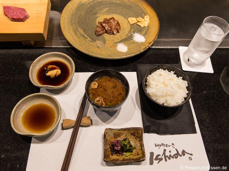 Mittagsmenü mit Kobe-Rind, Miso-Suppe, gedämpften Reis und eingelegtem Gemüse