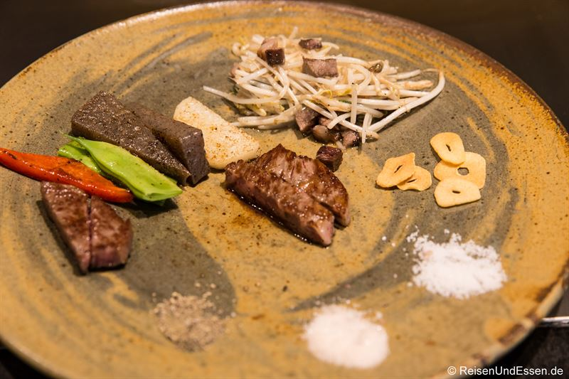 Mittagsmenü mit Kobe-Rind, Wagyu-Steak, Gemüse und Zutaten