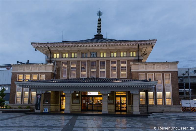 Bahnhof von Nara bei der blauen Stunde