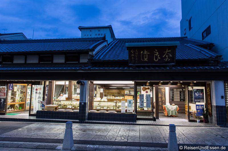 Geschäft in der Innenstadt von Nara bei Nacht