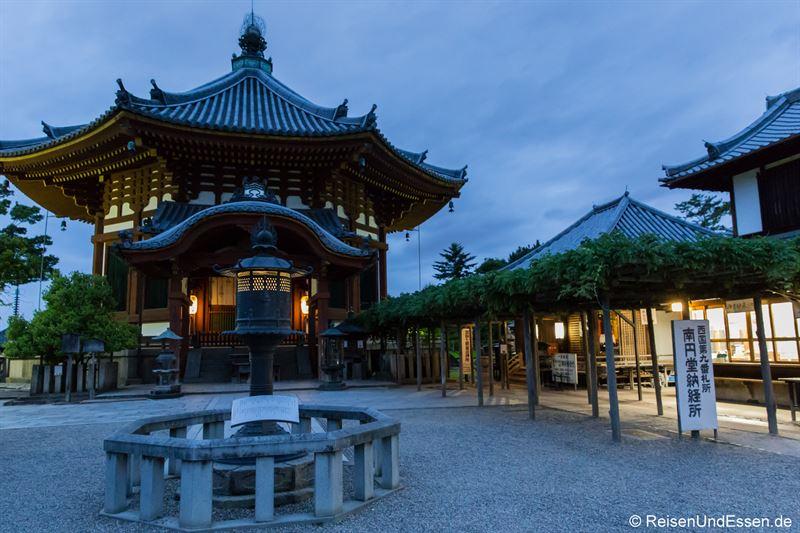 Tempel Nanendo bei Nacht - Sehenswürdigkeiten in Nara