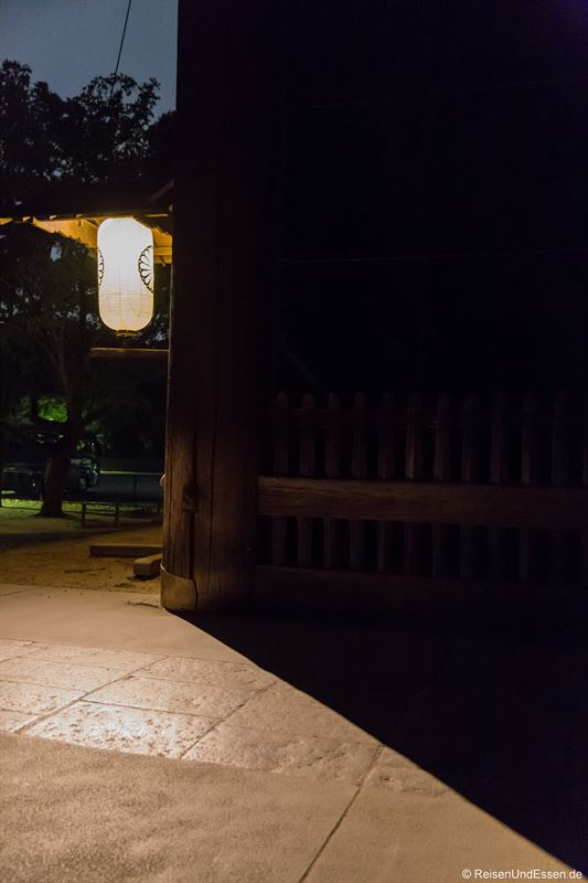 Laterne am Todai-ji in Nara bei Nacht