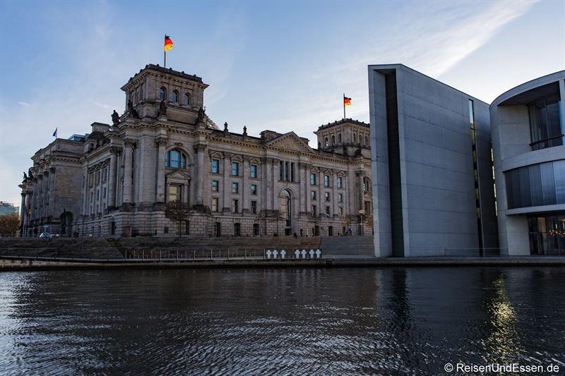 Blick auf Reichstag und Spree in Berlin