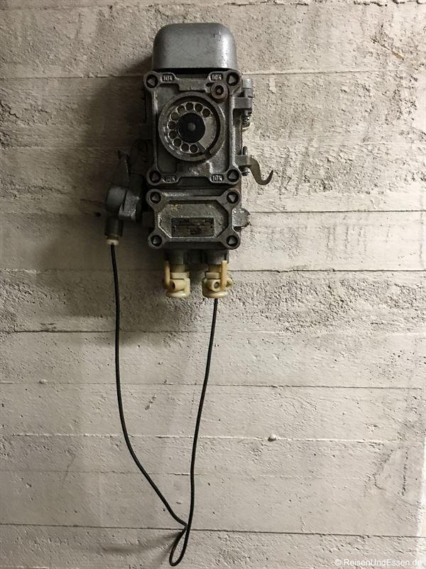 Altes Telefon im Bunker in Berlin