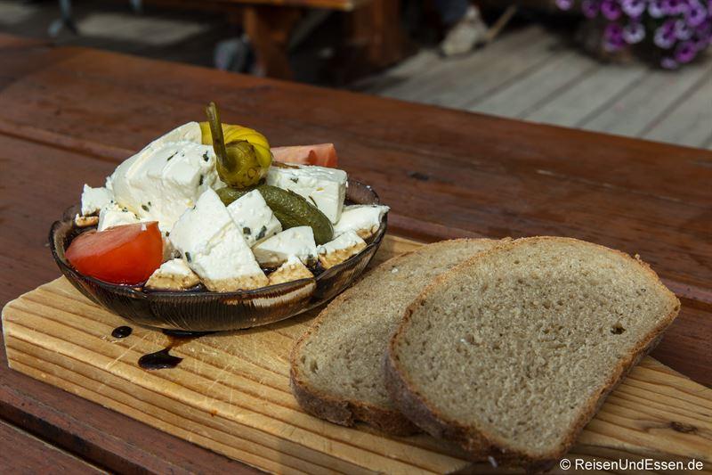 Brotzeit auf der Burgeralm mit Frischkäse in Balsamico