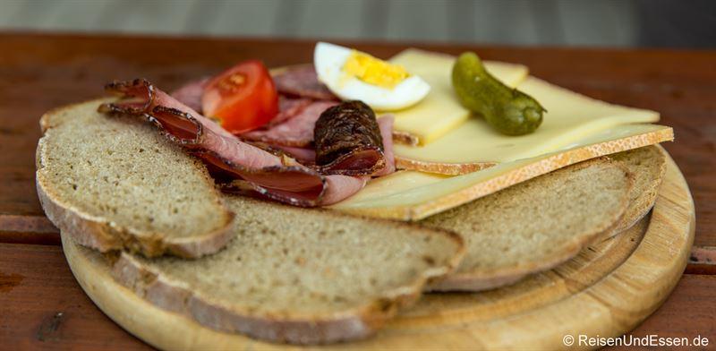 Brotzeit auf der Burgeralm mit Wurst und Käse