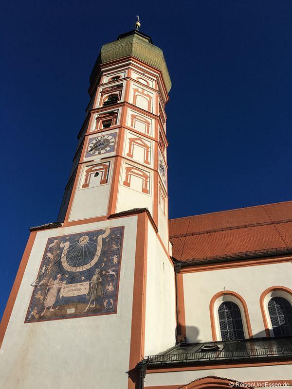 Turm mit Sonnenuhr der Kloster- und Wallfahrtskirche Andechs