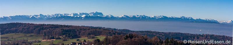 Blick vom Turm der Wallfahrtskirche Andechs auf die die Alpen