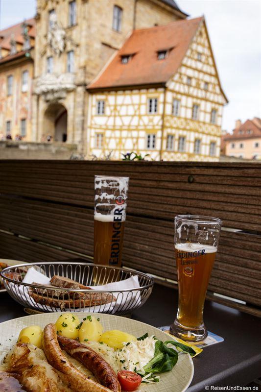 Bratwurst und Weissbier im Restaurant Brudermühle
