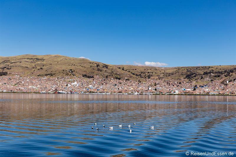 Blick auf Puno am Titicacasee in Peru