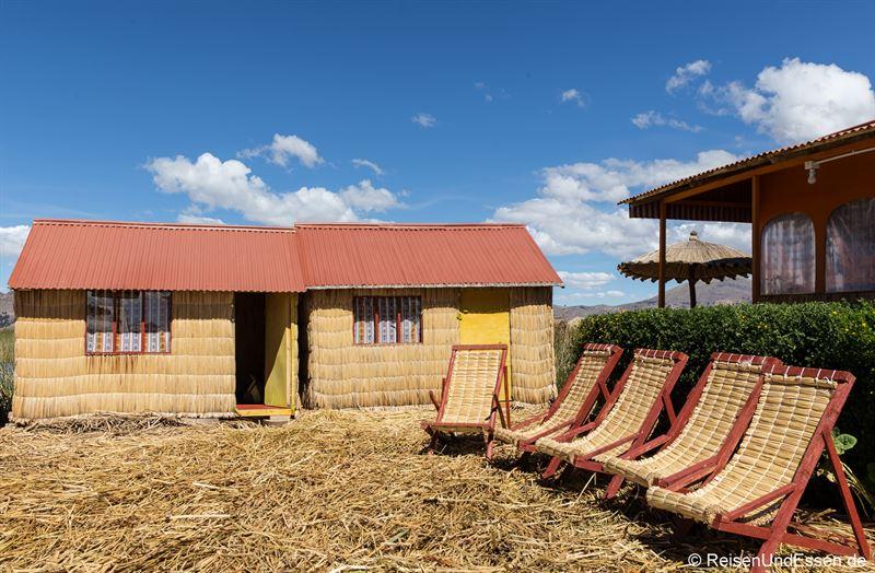 Liegestühle auf der Uros Summa Paqari Lodge
