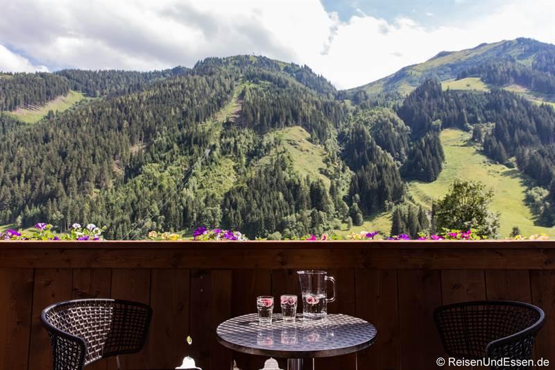 Aussicht und Relaxen auf dem Balkon im Hotel Marten