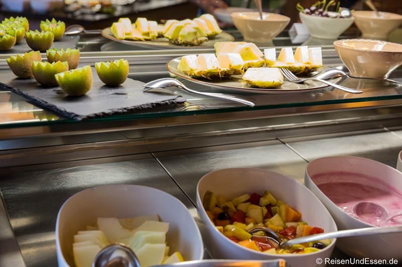 Frühstücksbuffet mit Joghurt und Obst